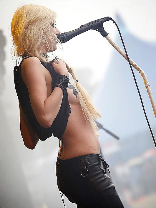 taylor momsen topless in concert